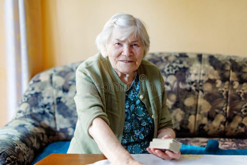 Mulher superior de 90 anos que sentam-se em casa Senhora idosa bonita fotografia de stock