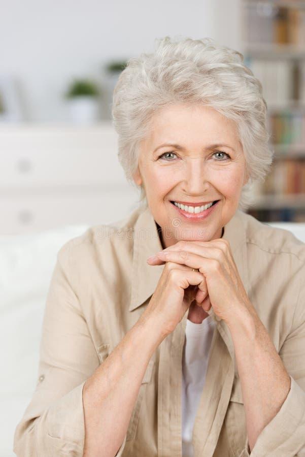 Mulher superior de sorriso feliz fotografia de stock