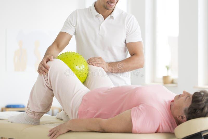 Mulher superior durante a reabilitação física fotografia de stock royalty free