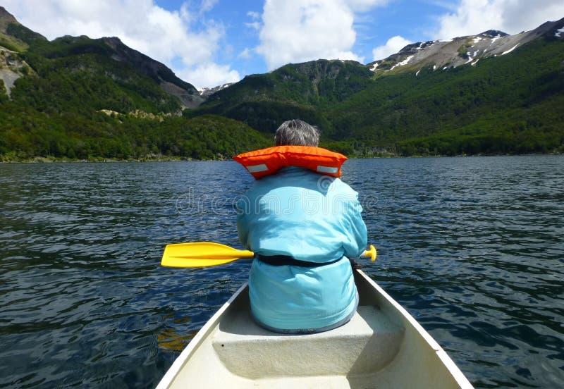 Mulher superior em um revestimento de vida em uma canoa no lago Escondido Tierra del Fuego, Argentina - 16 de dezembro de 2014 fotos de stock royalty free