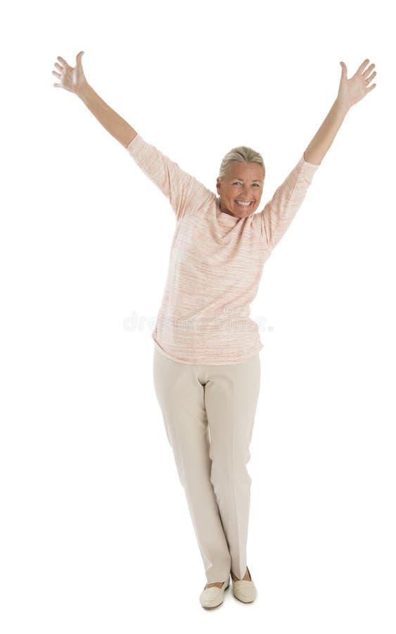 Mulher superior entusiasmado com as mãos levantadas imagem de stock