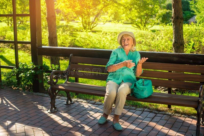 A mulher superior está rindo fotos de stock