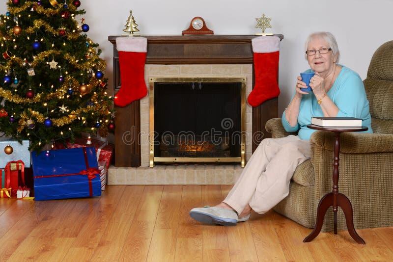 Mulher superior feliz com café no Natal fotos de stock