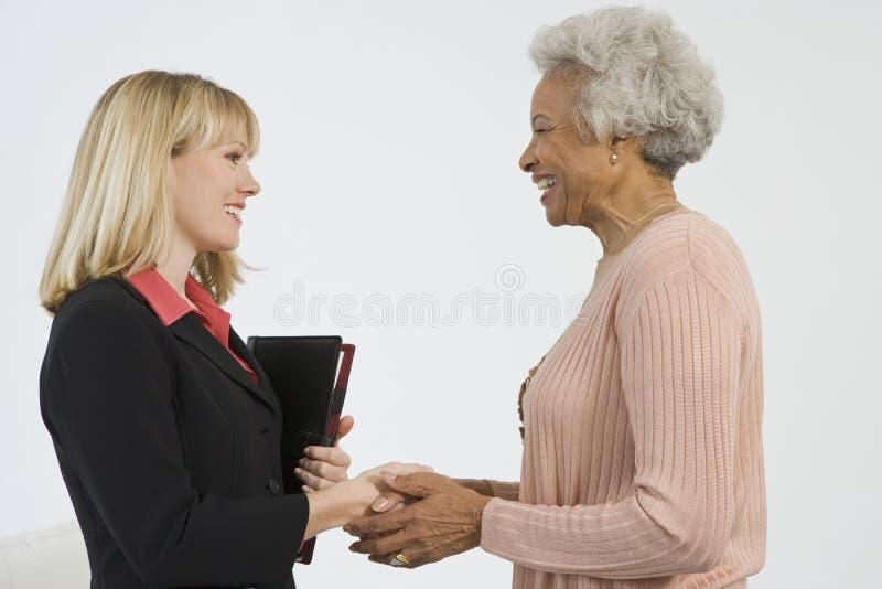 Mulher superior feliz que encontra o conselheiro financeiro imagem de stock royalty free