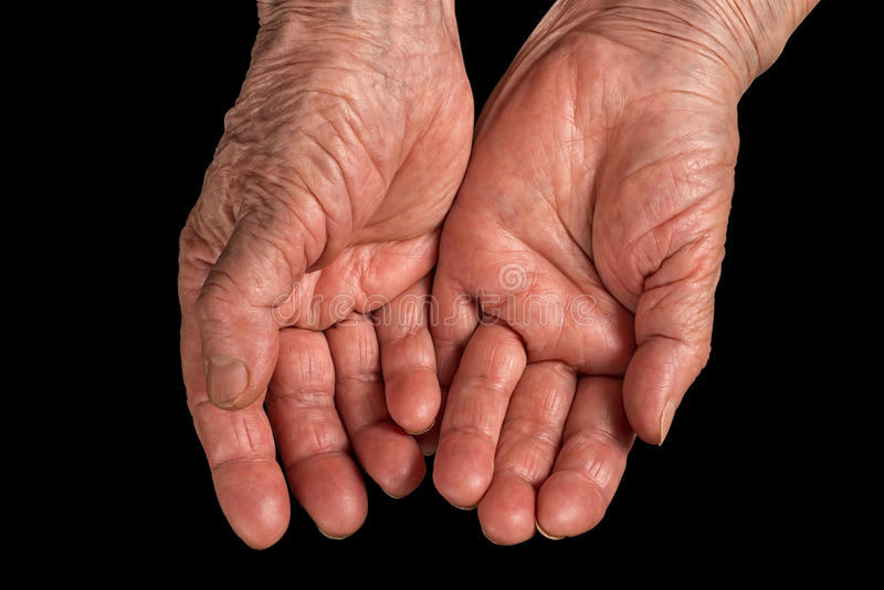 Mulher superior mãos enrugadas Isolado no preto foto de stock