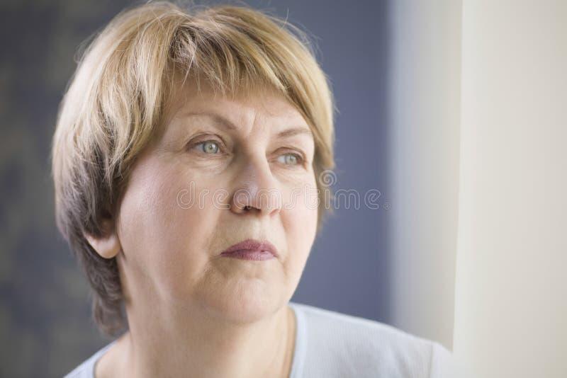 Mulher superior pensativa imagem de stock