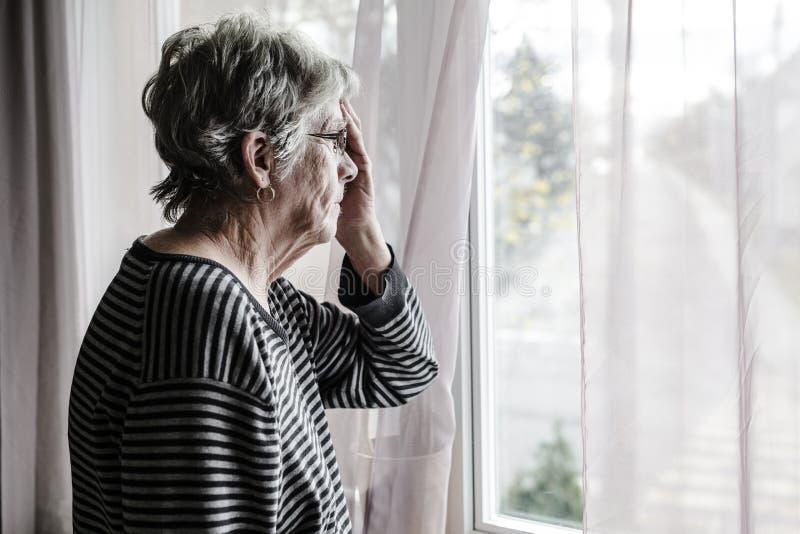 Mulher superior preocupada em casa que abate muito mau imagens de stock