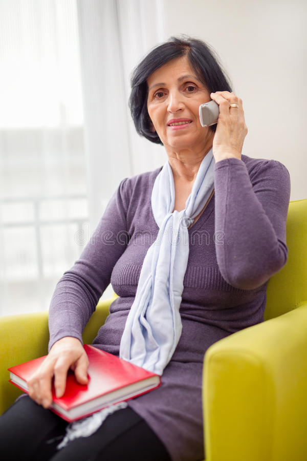 Mulher superior que fala no telefone fotografia de stock royalty free