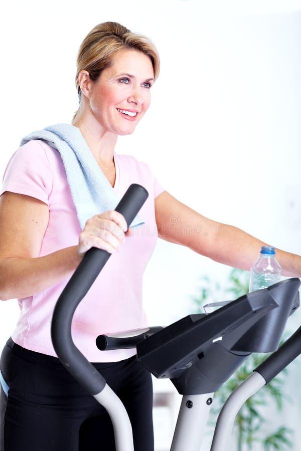 Mulher superior que faz o exercício. fotos de stock