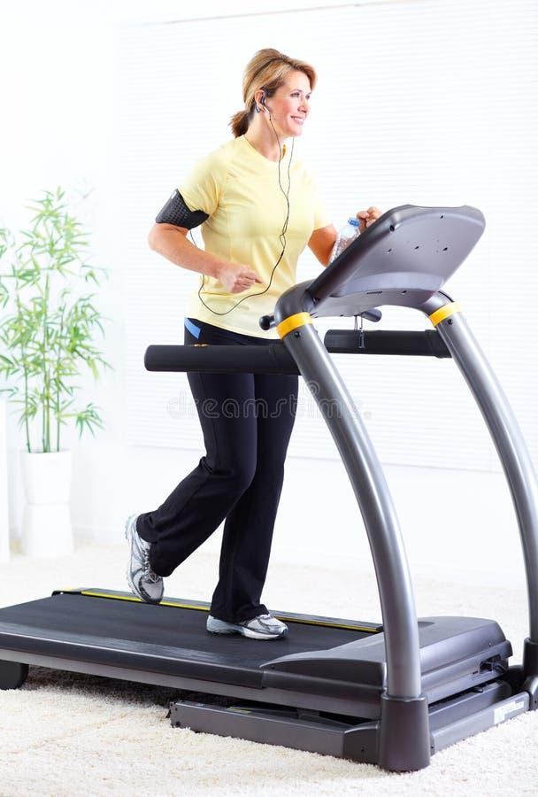 Mulher superior que faz o exercício. foto de stock