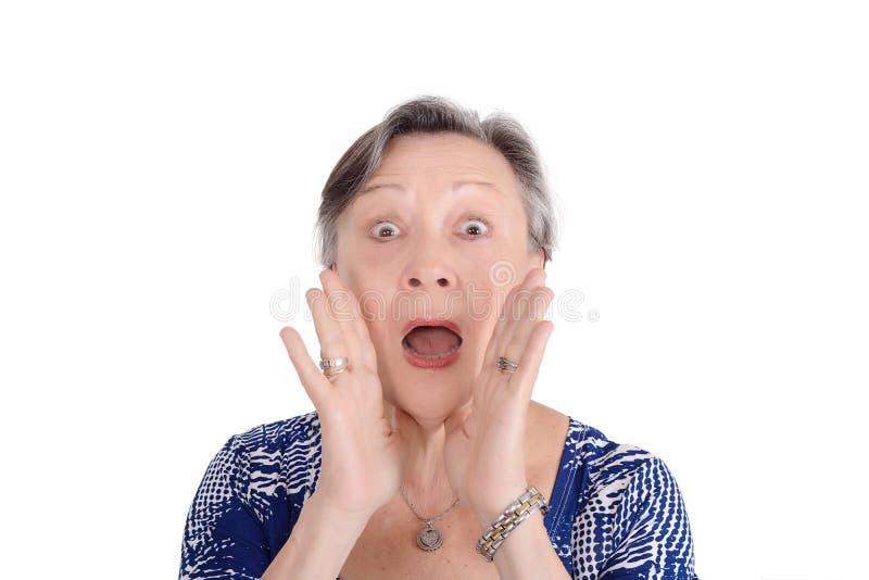 Mulher superior que grita anunciando algo foto de stock royalty free