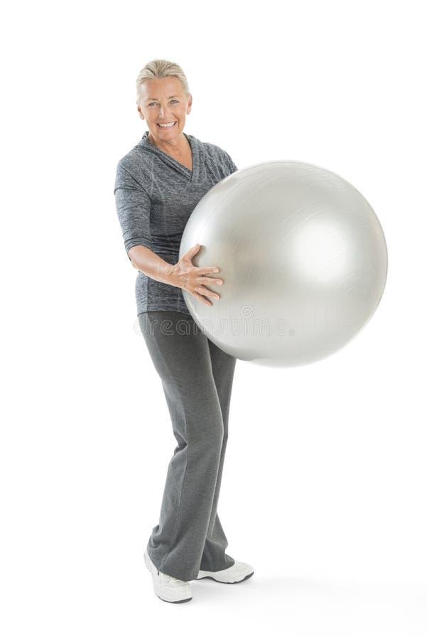 Mulher superior que guarda a bola da aptidão fotografia de stock royalty free