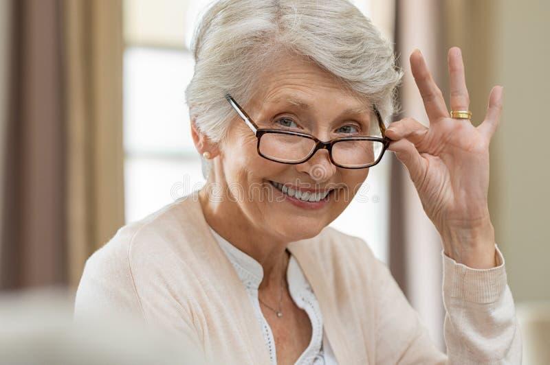 Mulher superior que guarda monóculos imagens de stock royalty free