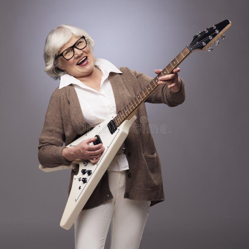 Mulher superior que joga a guitarra elétrica fotos de stock royalty free
