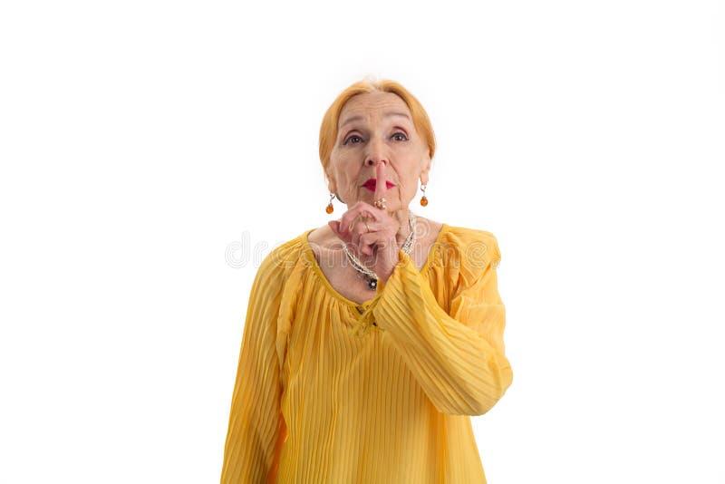 Mulher superior que mostra o gesto do silêncio imagem de stock royalty free