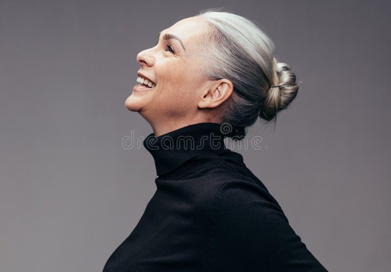 Mulher superior que olha feliz imagem de stock royalty free