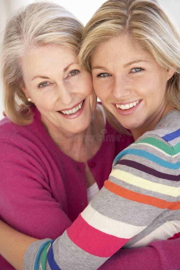 Mulher superior que relaxa em casa com filha adulta fotos de stock