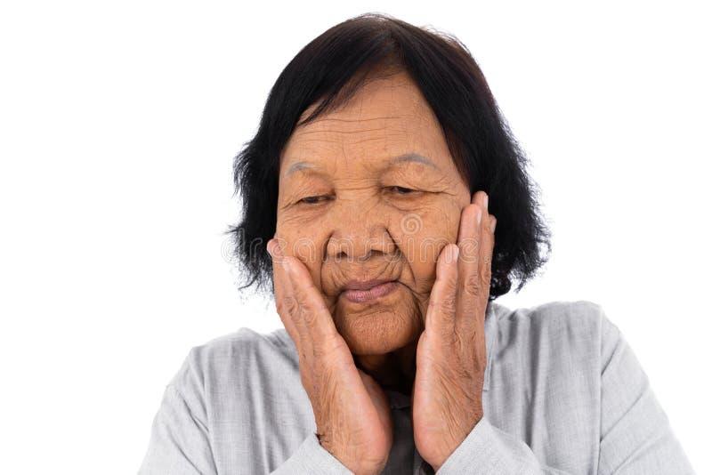 Mulher superior que sofre da dor de dente isolada no backgrou branco fotografia de stock