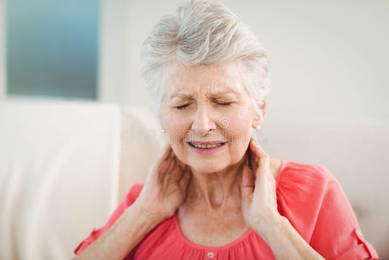 Mulher superior que sofre da dor de pescoço fotos de stock