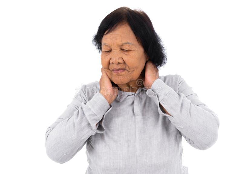 Mulher superior que sofre da dor de pescoço isolada no backgrou branco fotografia de stock