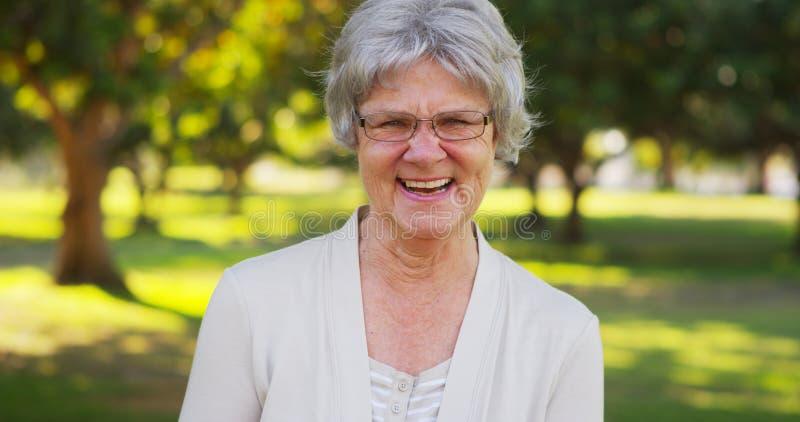 Mulher superior que sorri na câmera imagens de stock
