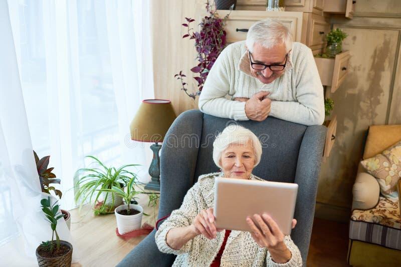 Mulher superior que usa a tabuleta digital imagem de stock royalty free