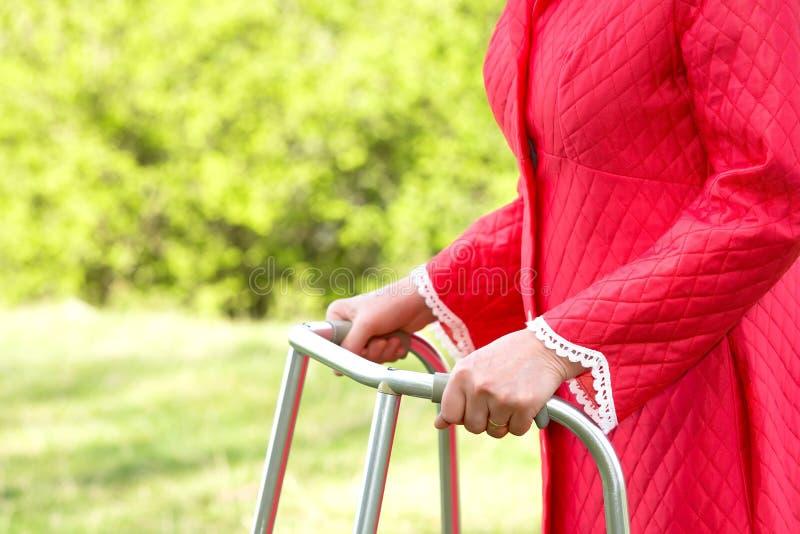 Mulher superior que usa um caminhante fotos de stock royalty free