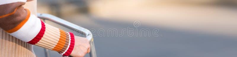 Mulher superior que usa um caminhante foto de stock royalty free