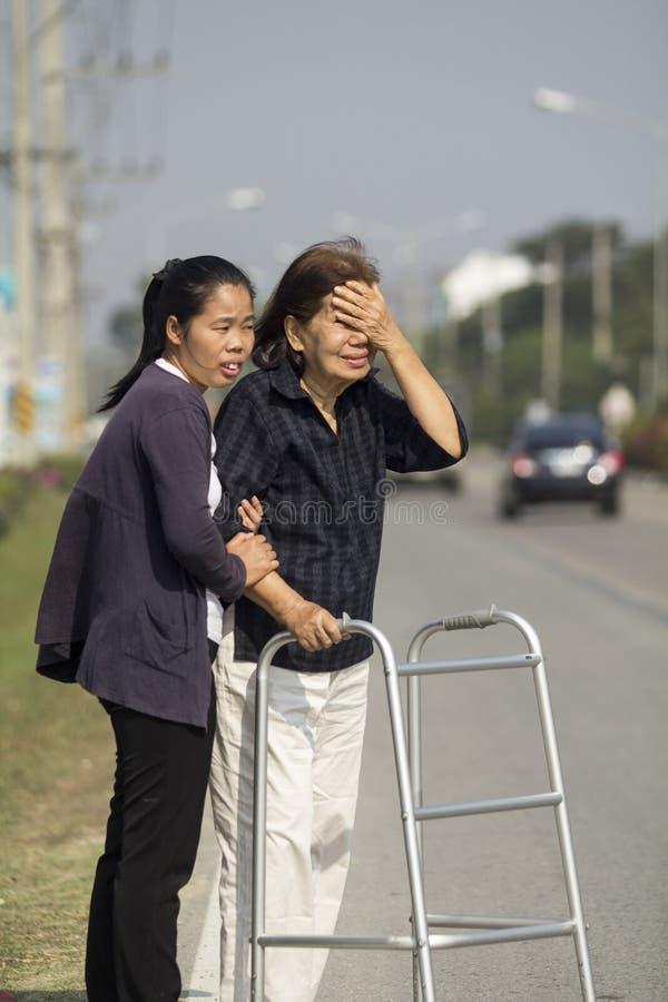 Mulher superior que usa uma rua da cruz do caminhante imagem de stock royalty free