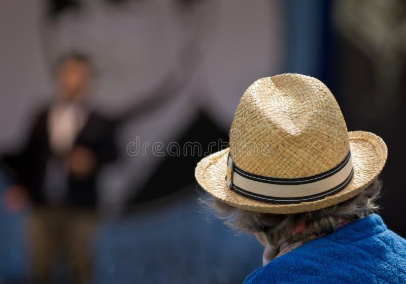 Mulher superior que veste um chapéu de palha no concerto exterior fotografia de stock royalty free