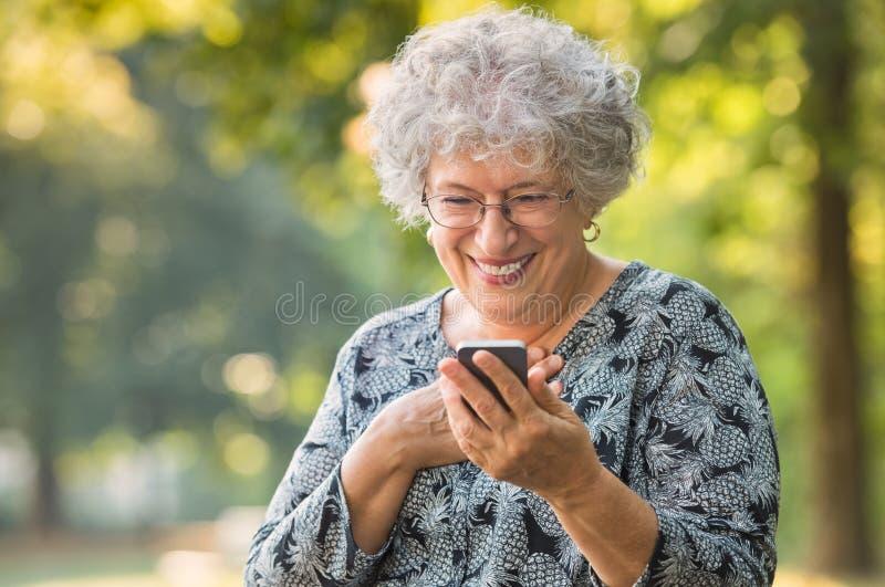 A mulher superior recebe uma mensagem fotografia de stock royalty free