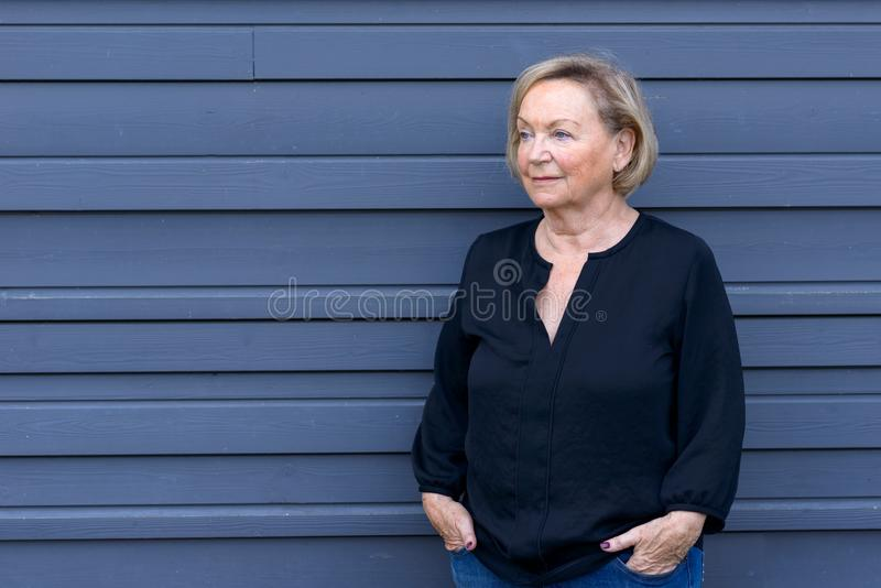 Mulher superior relaxado amigável em um equipamento na moda chique foto de stock