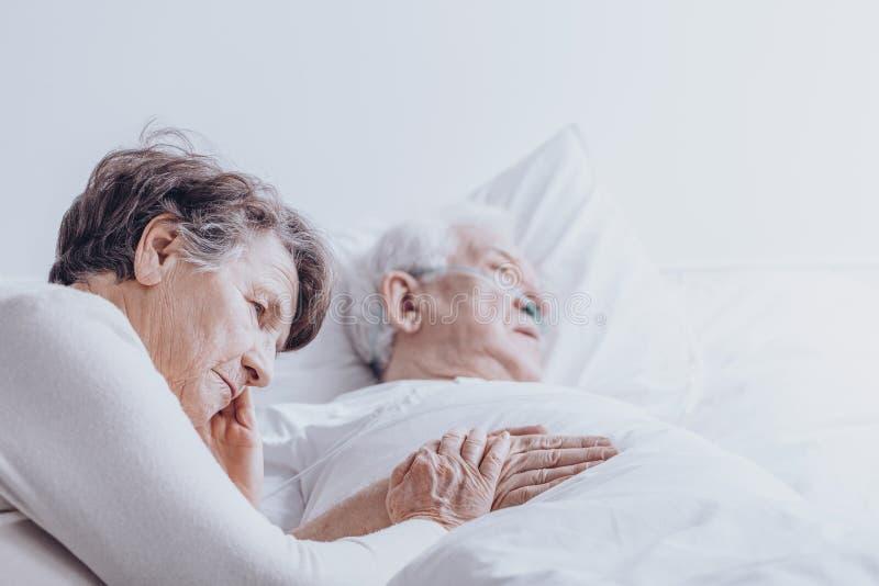 Mulher superior triste no hospital imagem de stock royalty free