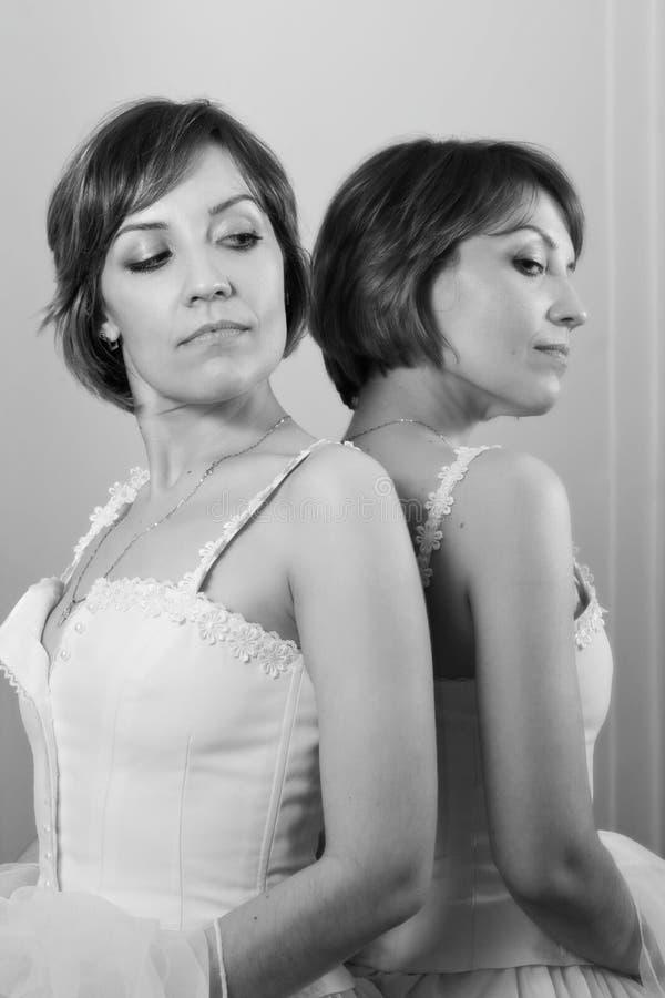 A mulher suporta dentro do espelho fotografia de stock royalty free