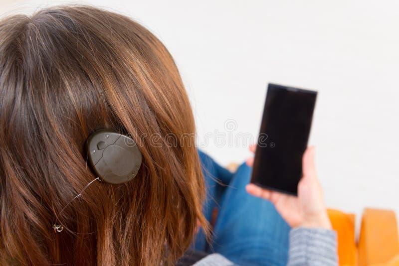 Mulher surda que usa o smartphone imagem de stock