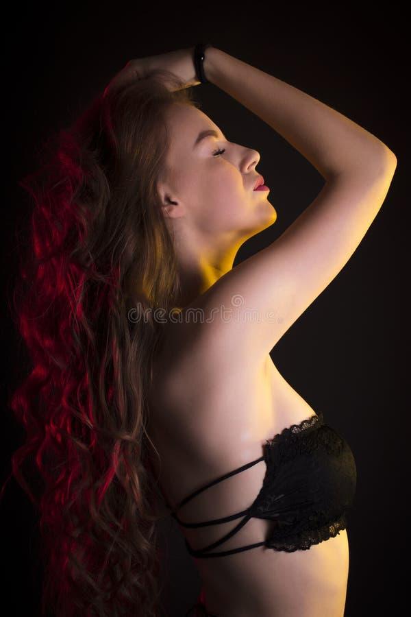 Download Mulher Surpreendente Com Cabelo Encaracolado Longo Imagem de Stock - Imagem de adulto, pele: 80100415