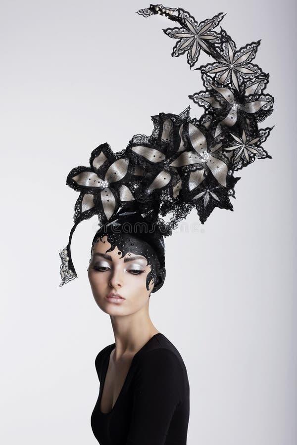 Mulher surpreendente no Headwear na moda com flores fotografia de stock