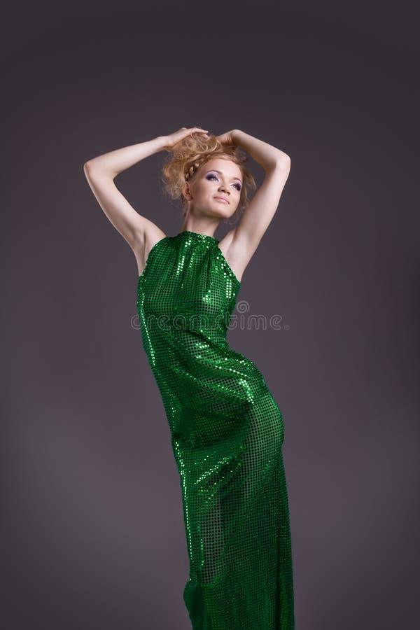 Mulher surpreendente que levanta no traje verde transparente imagem de stock