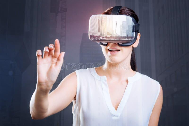 Mulher surpreendida atrativa que descobre funções de VR imagem de stock royalty free