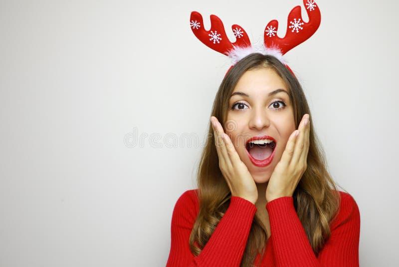 Mulher surpreendida bonita do Natal com os chifres da rena que guardam a fotografia de stock royalty free