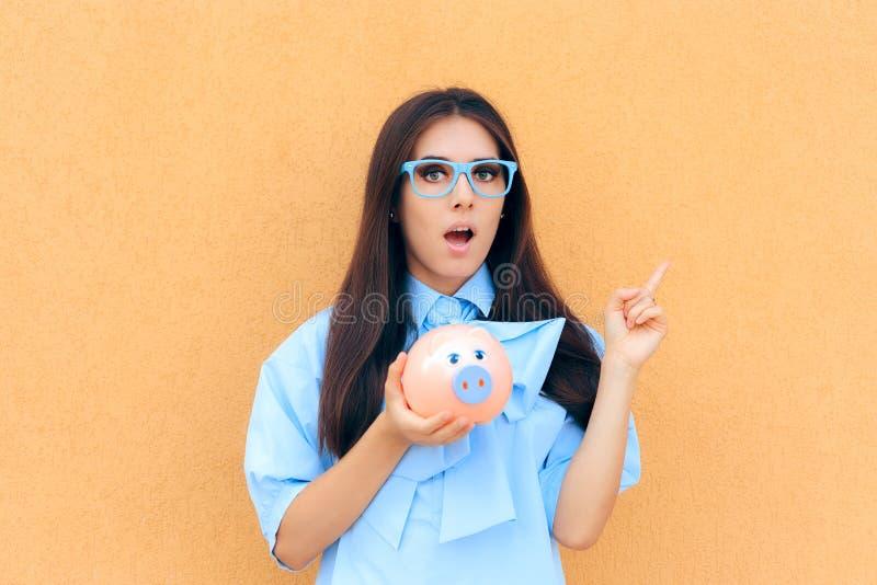Mulher surpreendida com mealheiro que pensa que investir dentro imagem de stock
