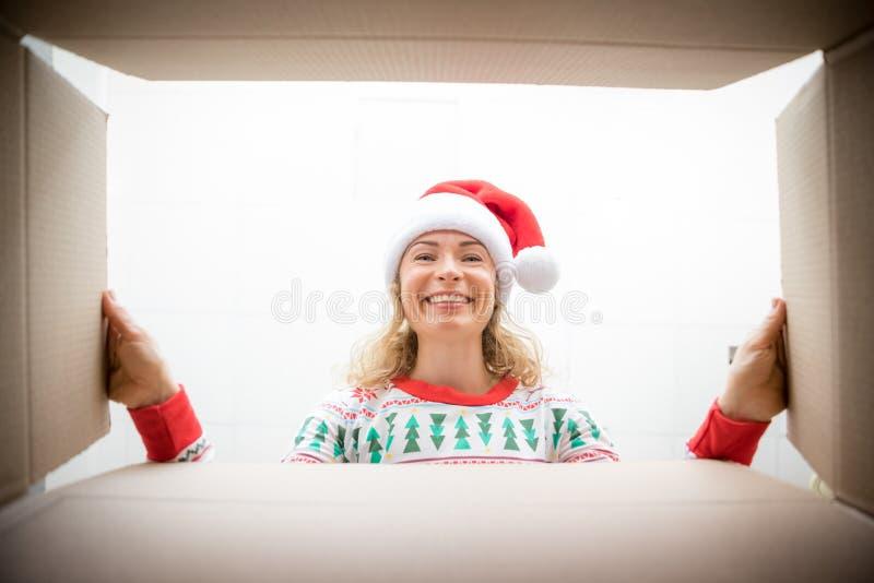 Mulher surpreendida desfaz caixa de presente de Natal foto de stock royalty free