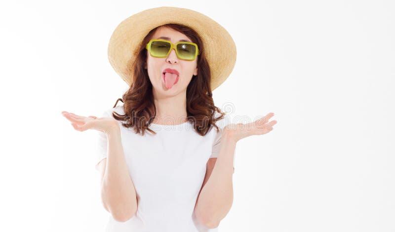 Mulher surpreendida e entusiasmado feliz no chap?u do ver?o, nos ?culos de sol e na camisa branca do molde t isolada no fundo bra fotos de stock royalty free