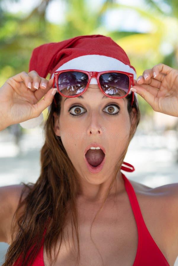 Mulher surpreendida em férias do Natal na praia das Caraíbas imagem de stock