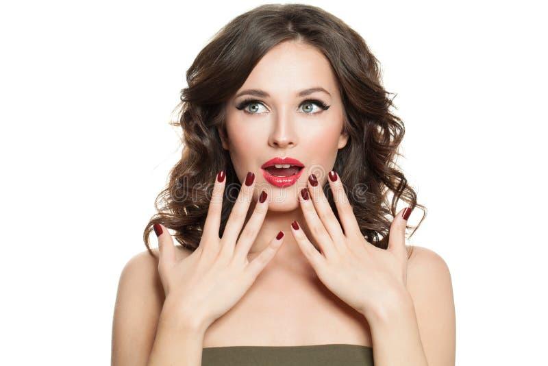 Mulher surpreendida feliz isolada no fundo branco Menina de riso, cara bonita imagens de stock royalty free