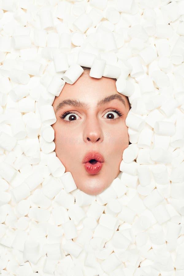 Mulher surpreendida no marshmallow imagem de stock royalty free