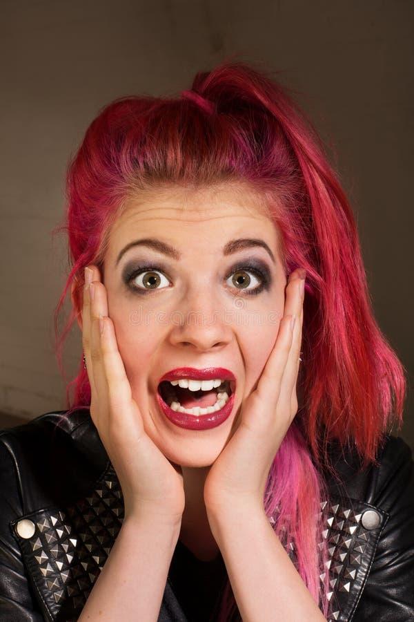 Mulher surpreso com cabelo cor-de-rosa fotografia de stock