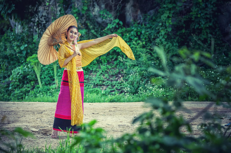 Mulher tailandesa antiga no traje tradicional de Tailândia fotografia de stock