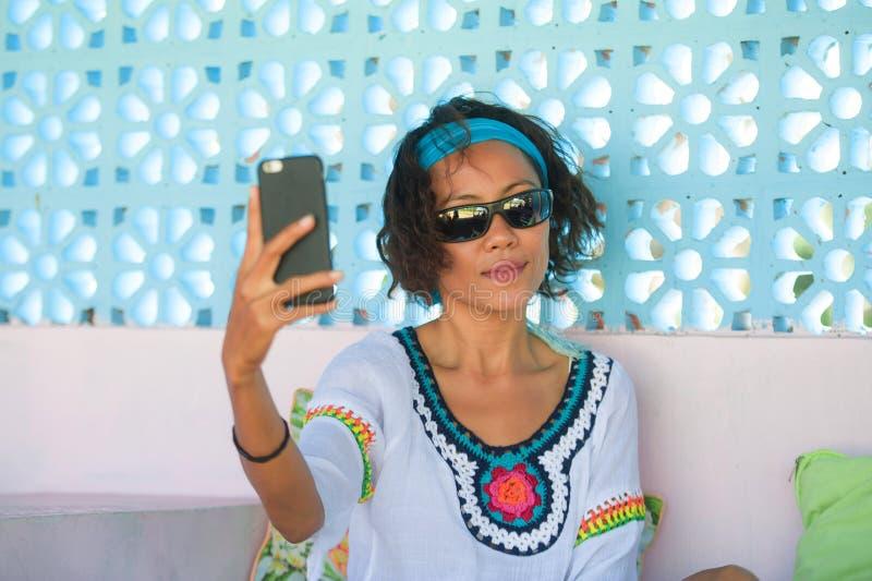 Mulher tailandesa asiática do sudeste feliz e atrativa nova que toma o retrato da foto do selfie com o levantamento da câmera do  imagem de stock royalty free