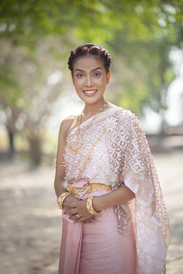 A mulher tailandesa bonita que veste a tradição tailandesa velha veste o estilo ho foto de stock royalty free